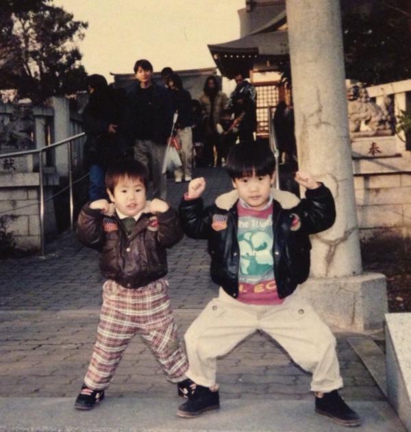 幼少期のしみさん(右)