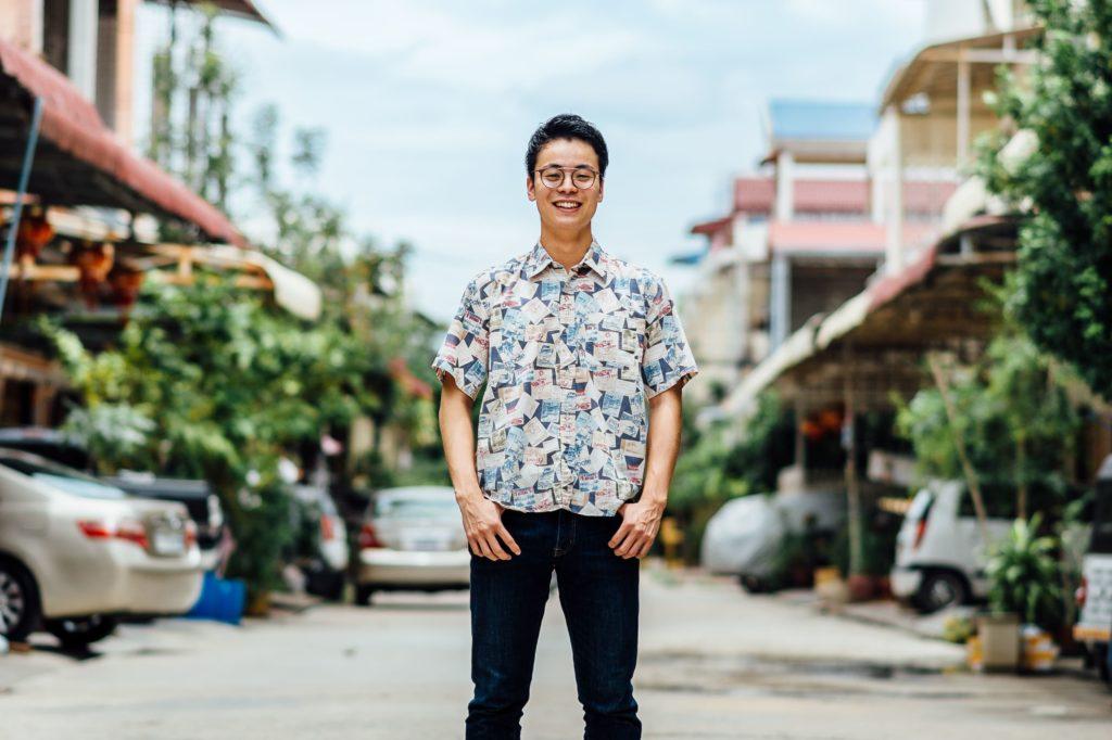 カンボジアのトークンハウスの前で